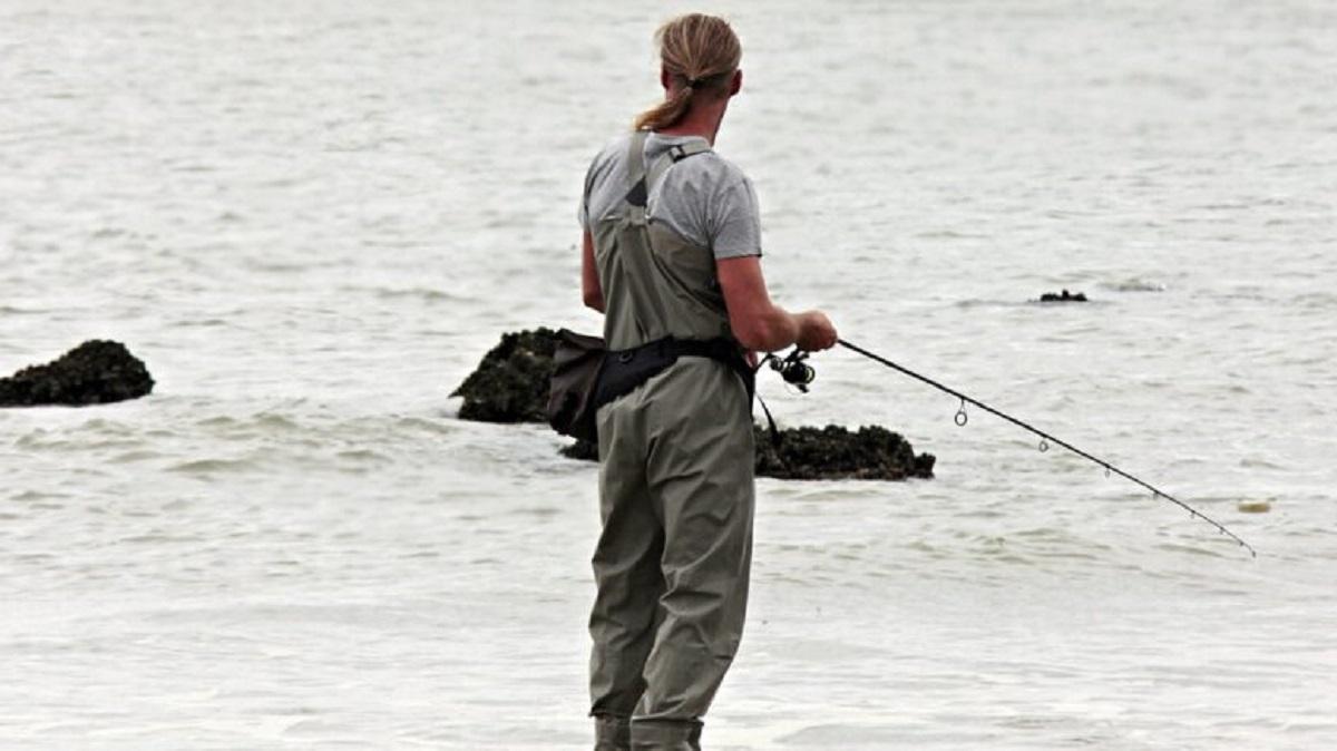 Pescatore che pratica il Carpfishing
